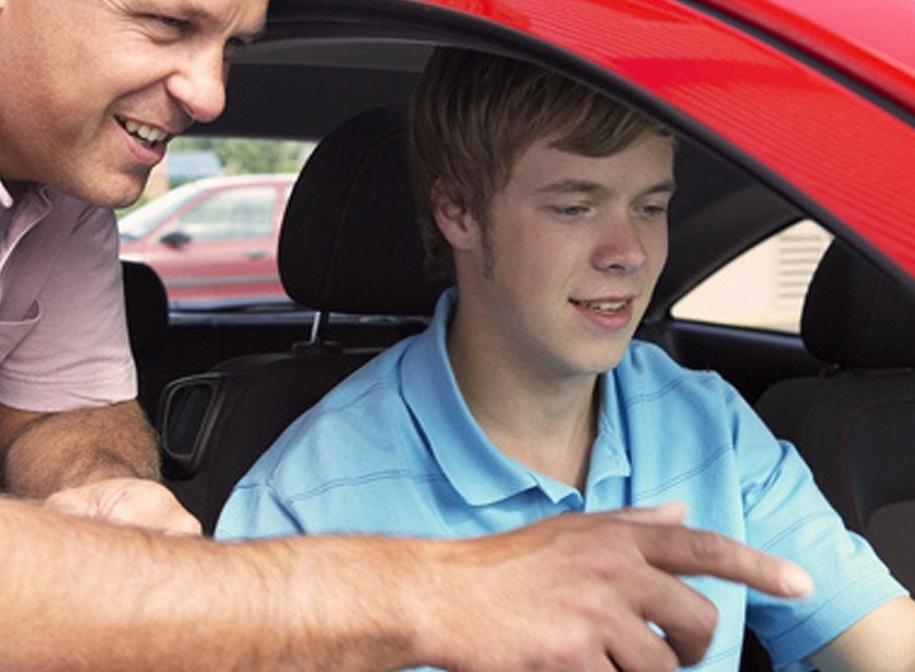 Homme qui apprend à un adolescent à conduire