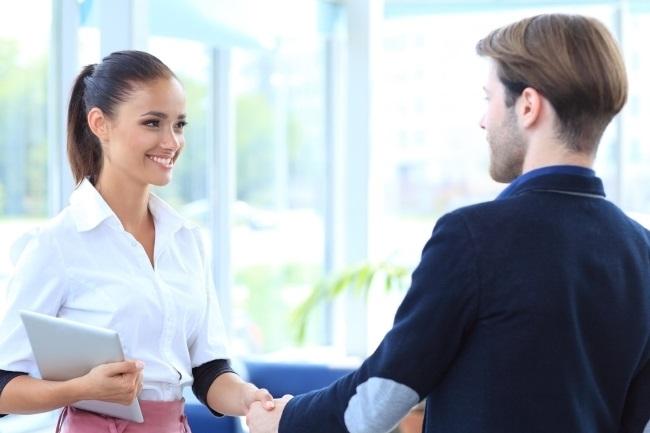 Femme serrant la main à un homme