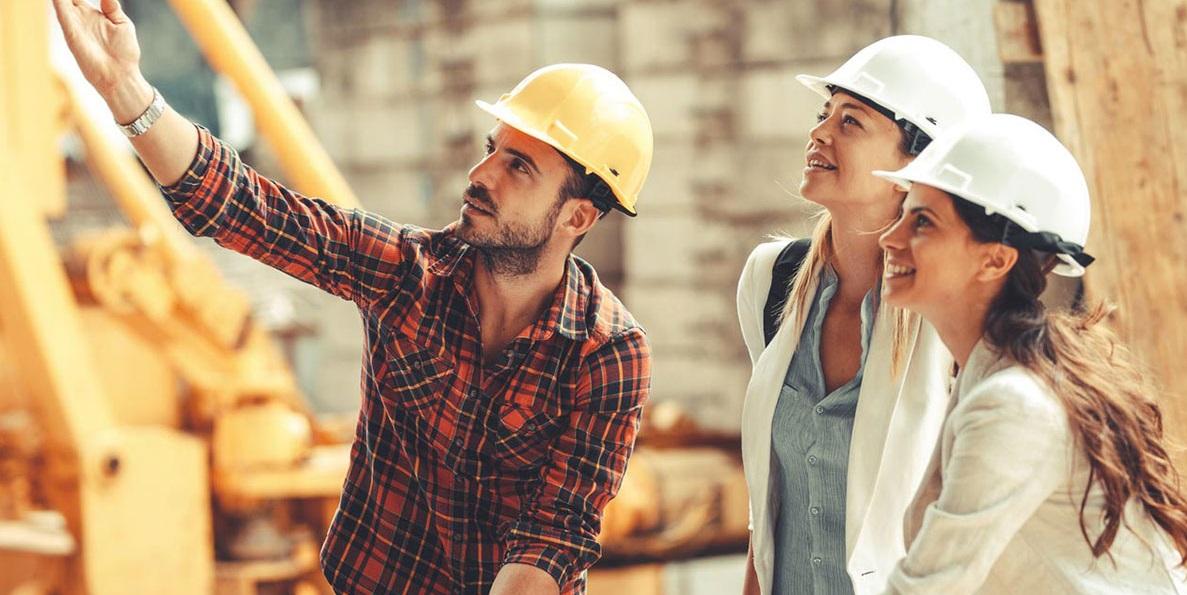 Un homme et deux femmes sur un chantier