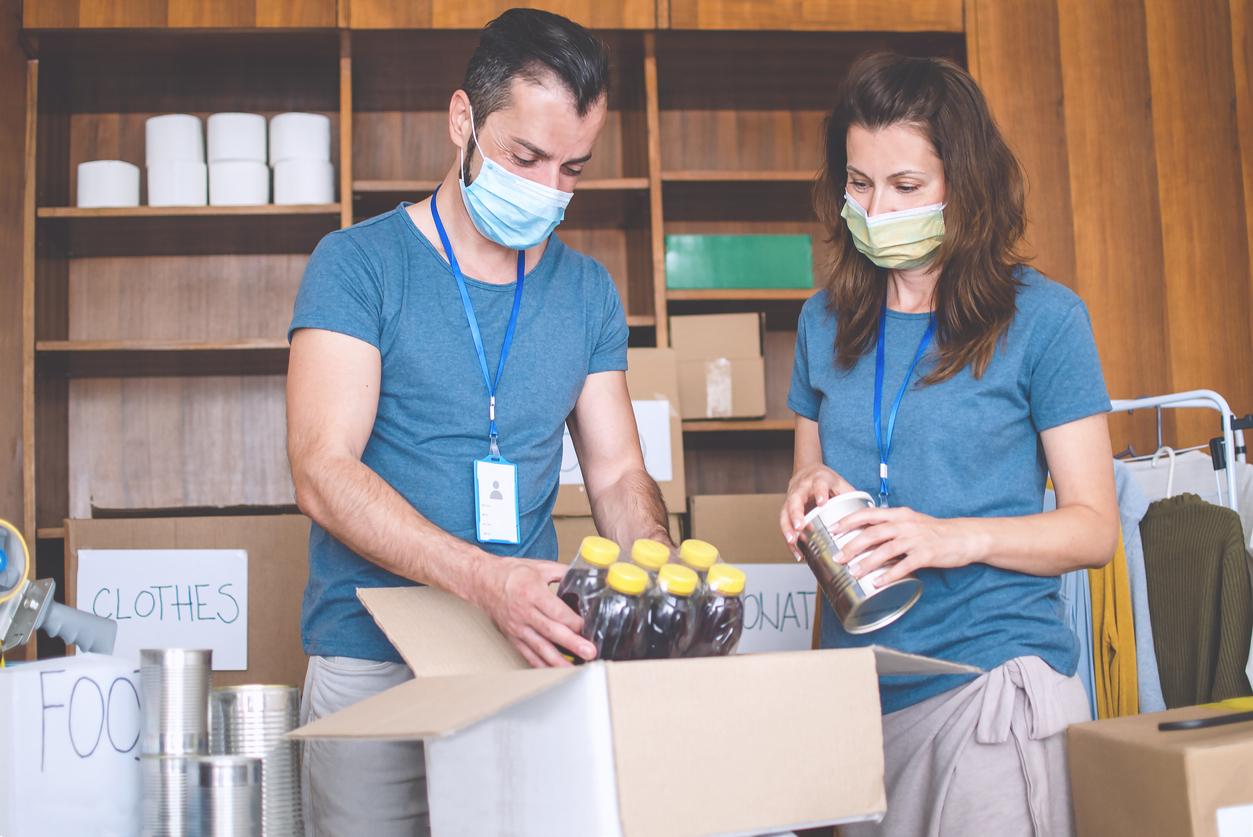Deux femmes mettant de la nourriture dans des cartons