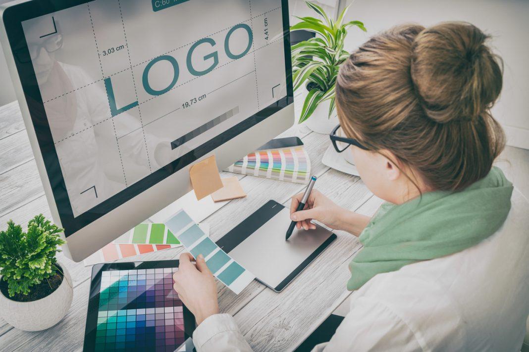 Un femme en création d'un logo sur son ordinateur
