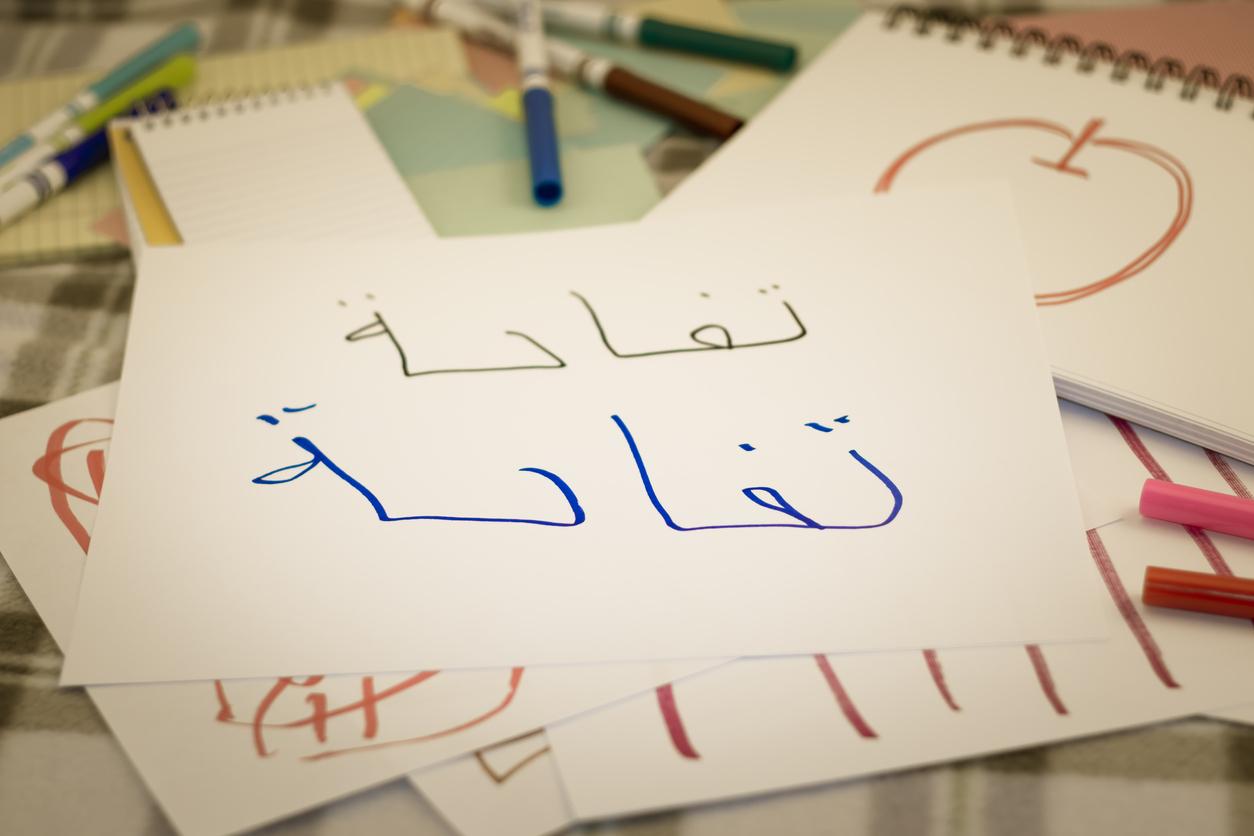 Des feuilles avec des lettres arabes