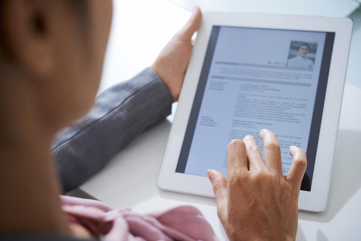 Une femme regardant un CV sur son IPad