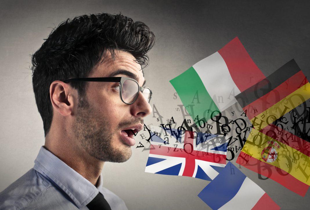 Un homme avec des drapeaux de différents pays qui sortent de sa bouche