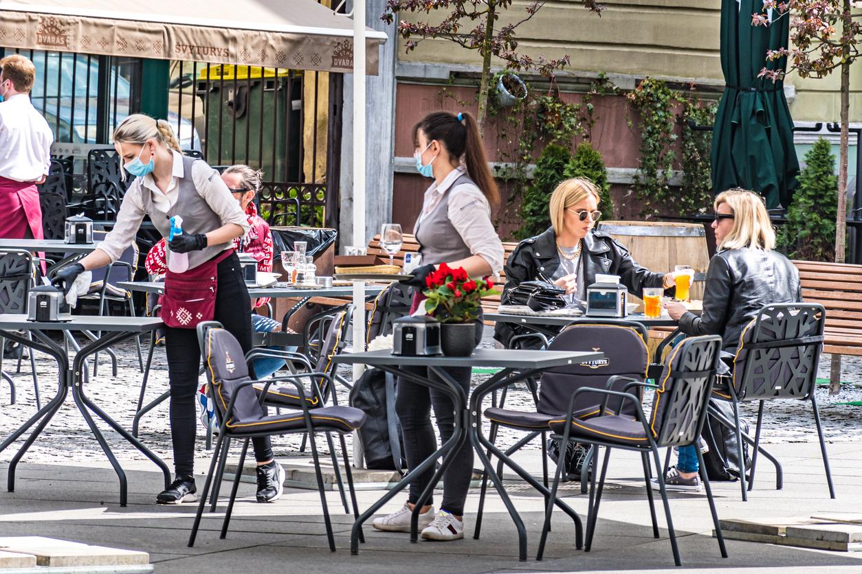 Des personnes sur une terrasse d'un café