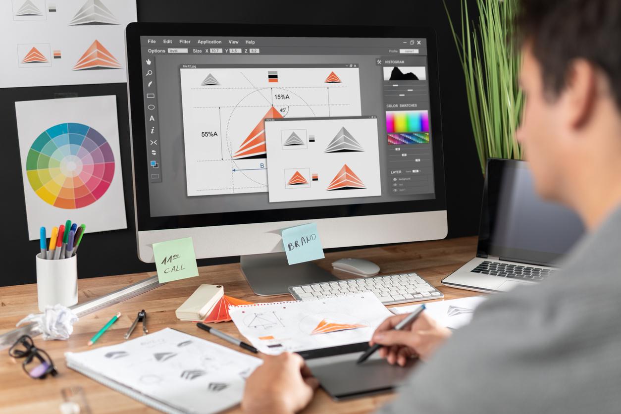 Un graphiste créant des visuels sur son ordinateur