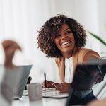 Une femme avec le sourire en salle de réunion