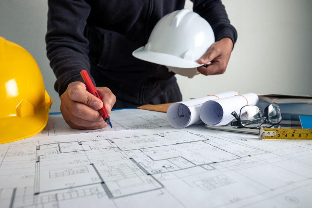 Un homme entrain de créer son plan de construction