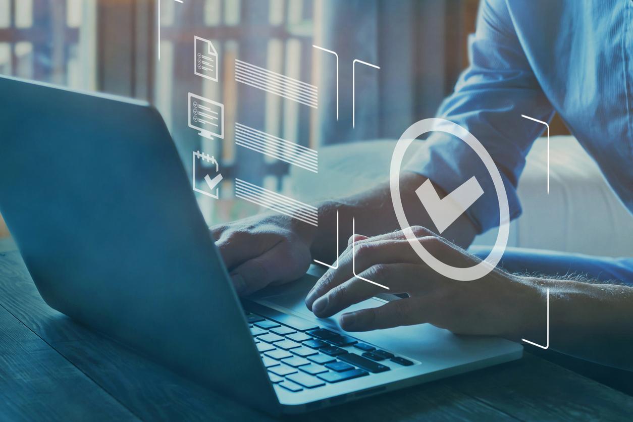 Un homme sur l'ordinateur entrain de passer une certification