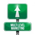 Un panneau vers avec inscrit multi level marketing