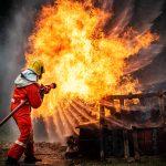 Un pompier entrain d'éteindre un feu