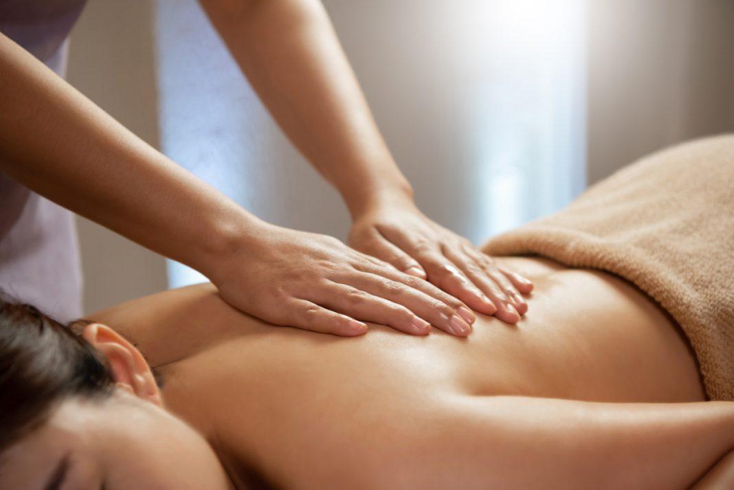 Une femme qui se fait masser