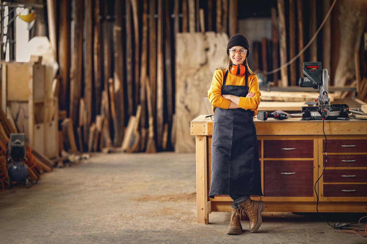 une femme dans son atelier menuiserie