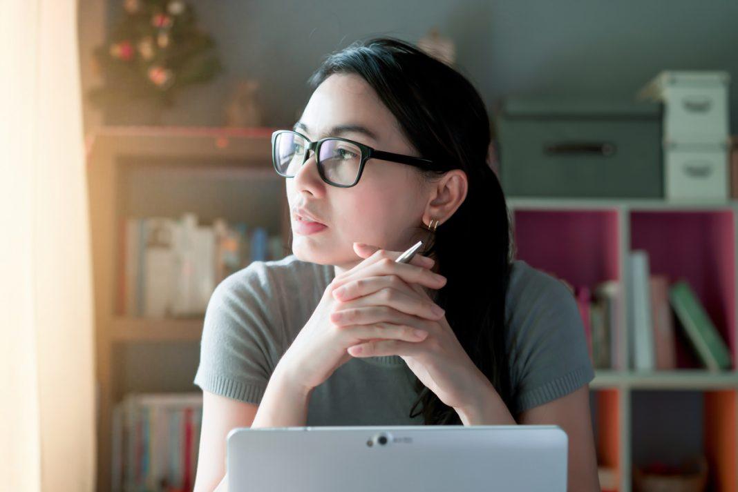 femme pensive devant son ordinateur