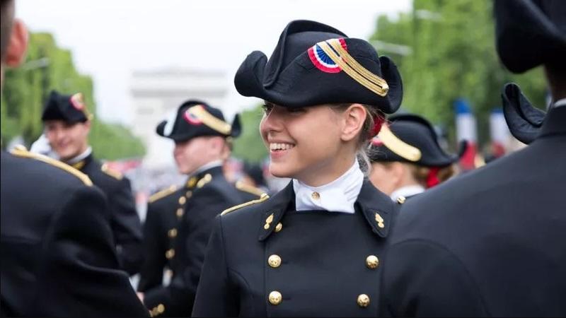 Jeune femme en uniforme à Polytechnique