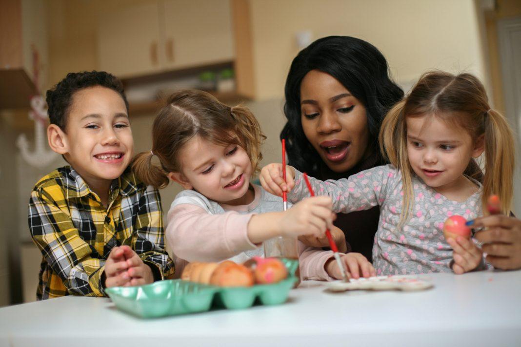 trois enfants en cuisine avec une nounou
