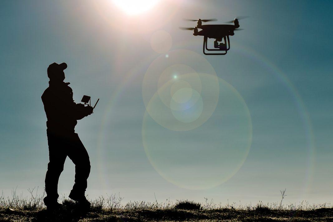un homme qui pilote un drone