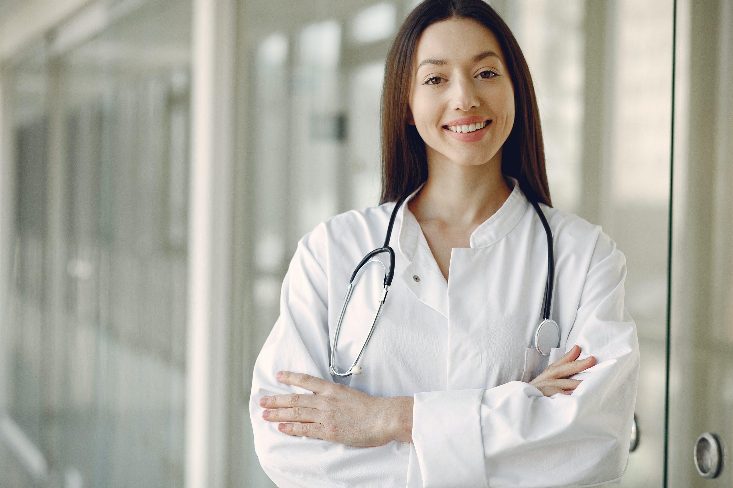 jeune femme blouse blanche interne études de médecine
