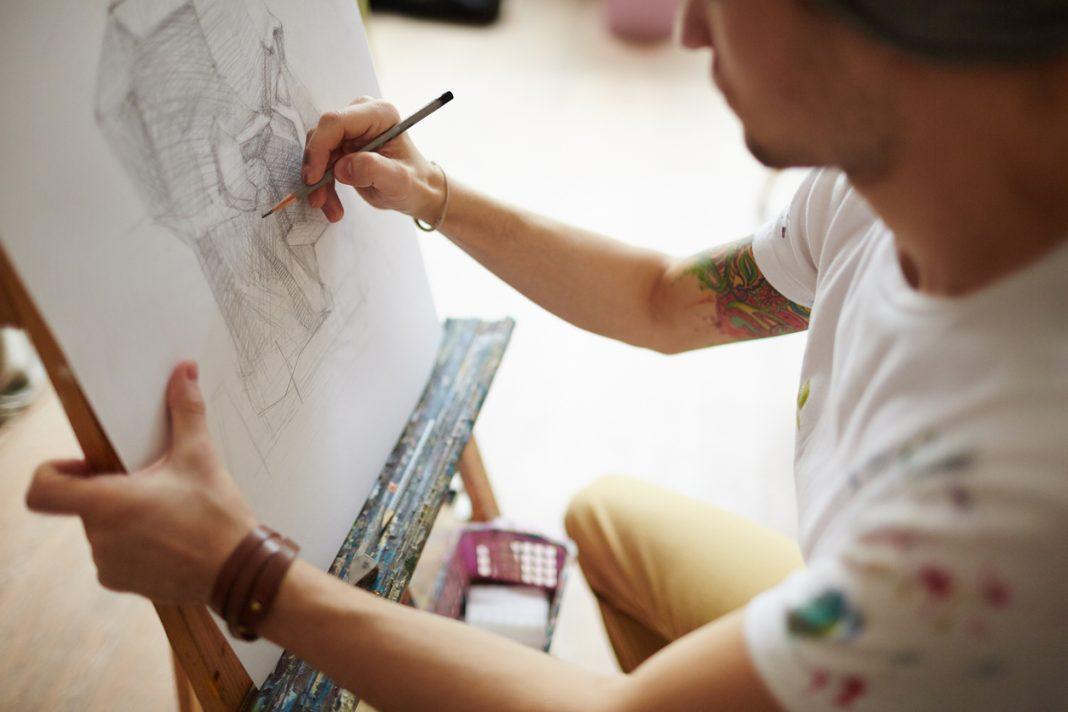homme qui dessine tableau